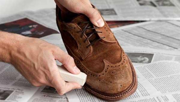 Cómo quitar las manchas de los zapatos de gamuza